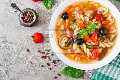 Minestrone, włoska zupa jarzynowa z makaronem. Wegańskie jedzenie. Widok z góry. Płaskie leżało.
