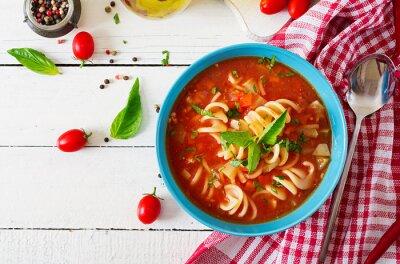 Minestrone, włoska zupa jarzynowa z makaronem. Zupa Pomidorowa. Wegańskie jedzenie. Widok z góry. Leżał płasko.