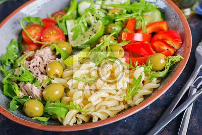 Miska Buddy. Sałatka z makaronem z tuńczykiem, pomidorami, oliwkami, ogórkiem, słodką papryką i rukolą na rustykalnym tle.