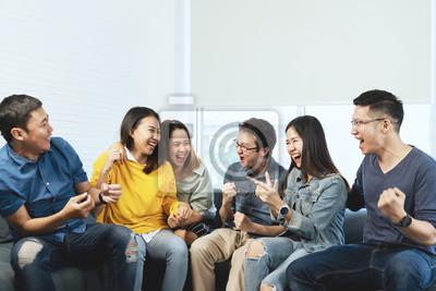 Plakat Młoda atrakcyjna grupa azjatyckich przyjaciół rozmawiając i śmiejąc się z radością w spotkaniu spotkanie w domu czując się wesoło i ciesz się grą w wolnym czasie razem. Ludzie w niebieskich lub żółtyc