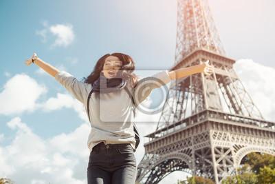 Plakat Młoda atrakcyjna szczęśliwa kobieta skacze z radości z wieży Eiffla w Paryżu, Francja. Portret podróży turystyczna dziewczyna na urlopowym chodzącym szczęśliwym outdoors. Gorgeous rasy mieszanej azjat