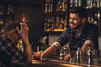 Plakat Młoda barman pozycja przy baru kontuarem porci klientem rozwesela up
