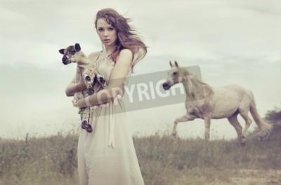 Plakat Młoda brunetka kobieta mała owieczka