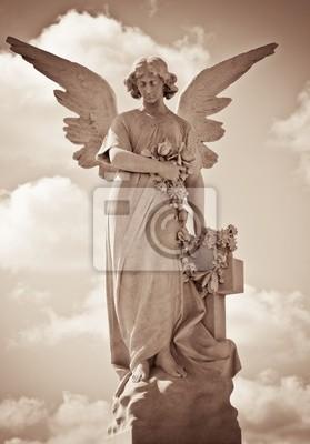 Plakat Młoda kobieta anioł w odcieniach sepii, przeciwko dramatycznego nieba