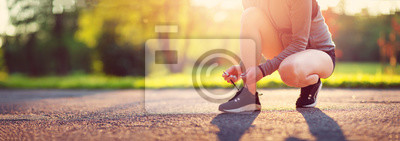 Plakat Młoda kobieta bieg w parku. Aktywna osoba na zewnątrz o zmierzchu w lecie