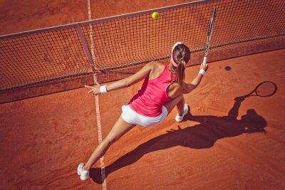 Plakat Młoda kobieta, grając tennis.High kąt view.Forehand salwę.