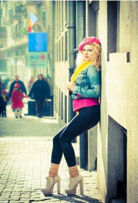 Plakat Młoda kobieta mody z różowym Basków chodzenia na ulicy