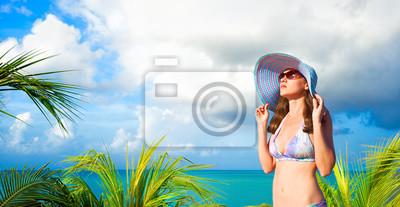 Młoda kobieta opalania na tle Karaibów