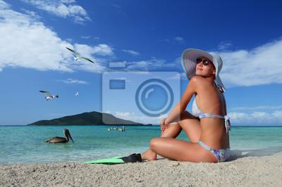 Młoda kobieta, relaks na plaży ciesząc się ptaki latające
