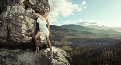 Plakat Młoda kobieta stwarzających w górach
