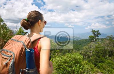 Młoda kobieta turystą z plecak korzystających z widokiem na góry.