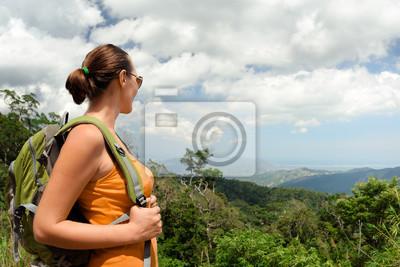 Młoda kobieta turystą z plecak stojących na szczycie górskim dzień