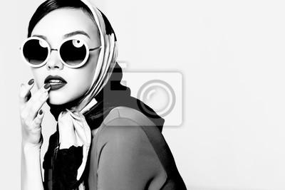 Plakat Młoda kobieta w stylu retro. Okulary przeciwsłoneczne i jedwabny szal.
