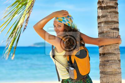 Młoda kobieta z plecak stojących na brzegu morza i szukam