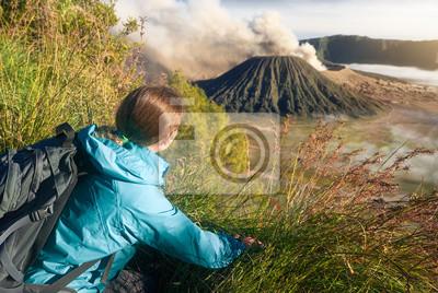 Młoda kobieta z plecakiem podróży w górach, ciesząc się widokiem vol