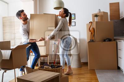Plakat Młoda para niosąc duży karton w nowym domu home.Moving.
