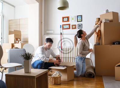 Plakat Młoda para rozpakowywania kartonów w nowym domu home.Moving.
