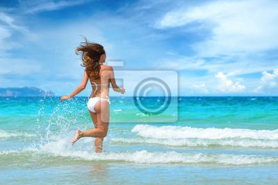 Plakat Młoda piękna dziewczyna działa na plaży Wietnamu