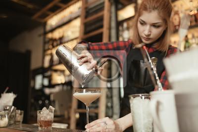 Plakat Młode samice barman leje koktajl