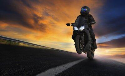 Plakat młody człowiek jazdy motocyklem po drogach asfaltowych drogach z profes