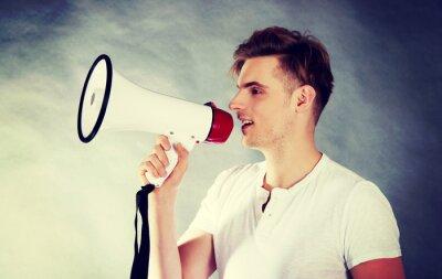 Plakat Młody mężczyzna krzyczy w megafon.