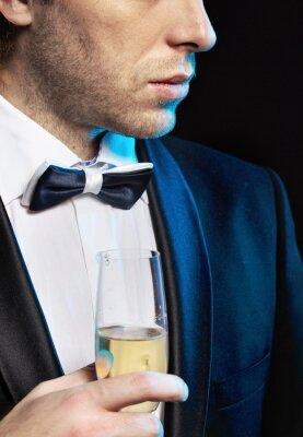Plakat Młody mężczyzna pije szampana
