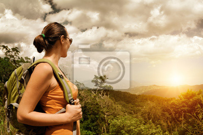 Plakat Młody turysta kobieta z plecak stojących na szczycie góry podróż widoku wschodu słońca