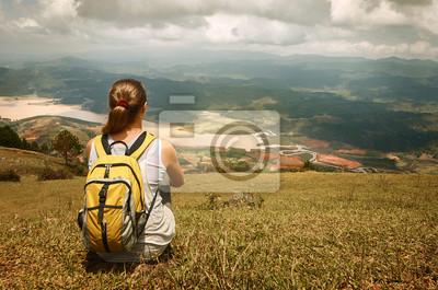 Młody turysta z plecakiem, relaks na szczycie góry