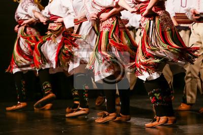 Plakat Młodzi serbscy tancerze w tradycyjnych strojach. Folklor Serbii