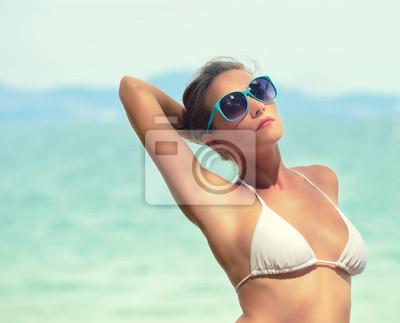 Moda portret kobiety na tle morza