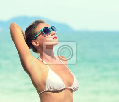 Plakat Moda portret kobiety na tle morza