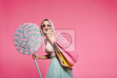 Plakat Model pozujący ze słodyczami i torba na zakupy