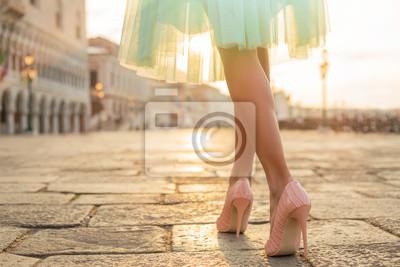 Plakat Modna kobieta nosi wysokie buty pięty
