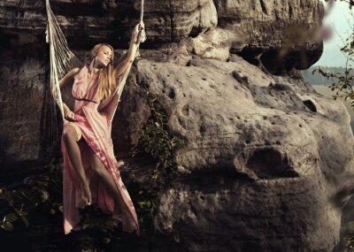 Plakat Modna kobieta w górach