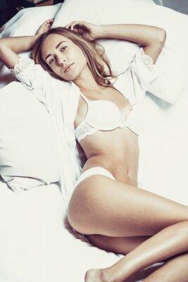 Plakat Modny zdjęcie młodej damy sobie seksowną bieliznę białą, niesamowite ciało.