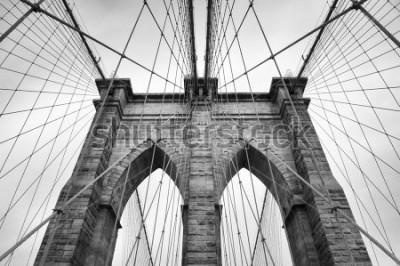 Plakat Most Brookliński w Nowym Jorku zbliżenie architektoniczne w ponadczasowej czerni i bieli