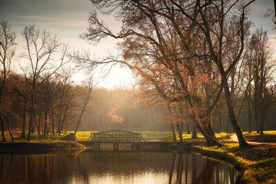 Plakat Most na jeziorze parku jesienią