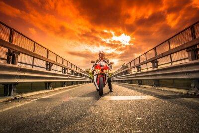 Plakat Moto da strada pronta alla partenza sotto un cielo rosso al tramonto