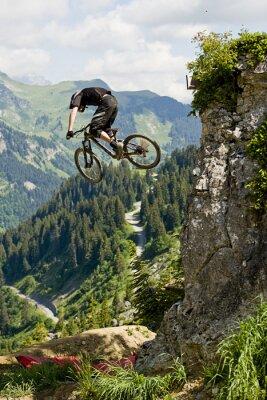 Plakat Motocyklista góry skacząc ze skały