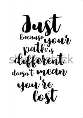 Plakat Motywacyjny cytat, wektor napis plakat. Czarna kaligrafia na białym tle. To, że twoja ścieżka jest inna, nie oznacza, że się zgubiłeś.