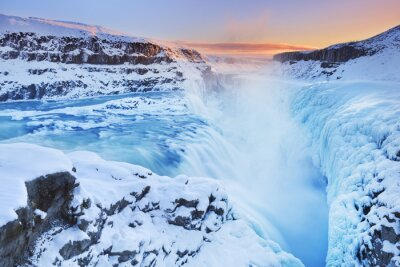 Plakat Mrożone Gullfoss Falls w Islandii w zimie o zachodzie słońca