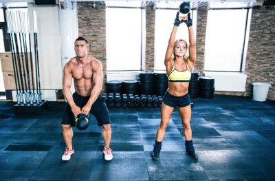 Plakat Muskularny mężczyzna i kobieta fit trening czajnik piłkę