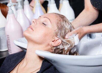Plakat myciu włosów w salonie fryzjerskim