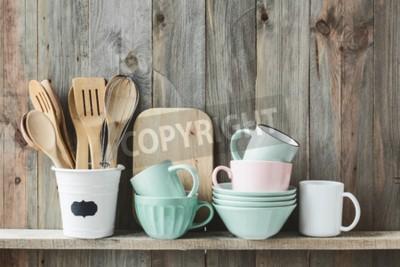 Plakat naczynia do gotowania w kuchni ceramicznej doniczce przechowywania na półce na tamtejsze drewnianej ścianie