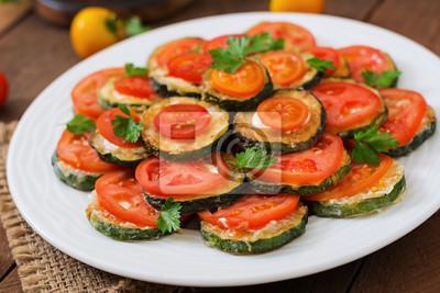 Naczynia z przekąską smażonego cukinia z pomidorami