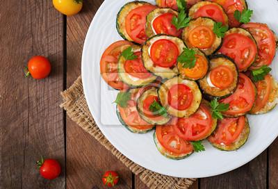Naczynie z przekąską smażone cukinia z pomidorami. Widok z góry