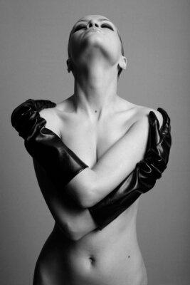 naga elegancka dziewczyna z rękawic . Studio fotografia mody .