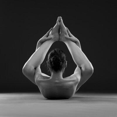 Plakat Naga joga. Beautiful sexy ciało młodej kobiety na szarym tle