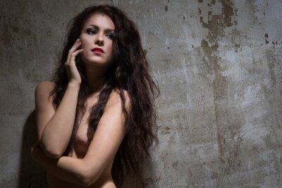 Plakat Naga kobieta z ciemnymi włosami