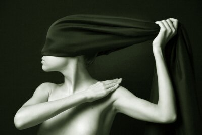 Naked ( naga ) kobieta z czarnym bandażem . Fotografia artystyczna .
